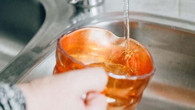 Kylmävesikannu jääkaapissa säästää vetta.
