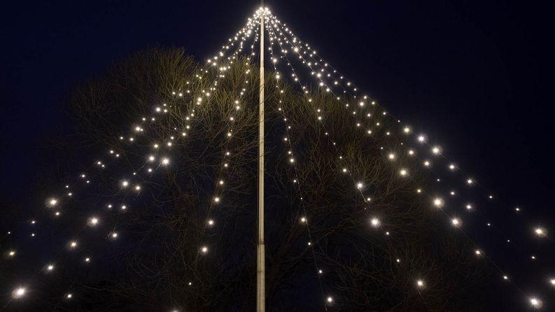 Lopputuloksena oli kymmenmetrinen jouluvalo keskelle pihaa.