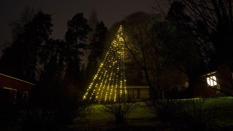 Oli aikakin saada pihaan jotain valoa, sillä asianomainen LED kauppias ei ole saanut edelleenkään kotipihaan yhtään kunnon valoa.