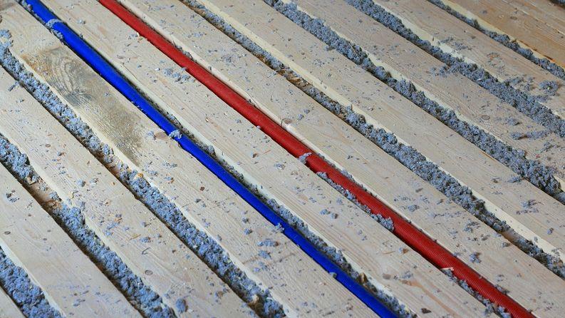 Käyttövesi pysyy varmasti sulana lattialämmityksen seassa. Lämminvesi menee samassa urassa kuin johon lattialämmitys tulee.