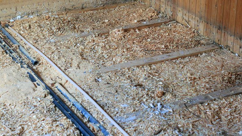 Lattian vanha purueriste oli hieman painunut reunalta ja vanha asukas oli jättänyt sekaan tarpeettomat käyttövesiputket.