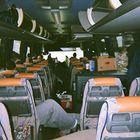 Lukon bussissa jokaisella on kahden penkin verran tilaa. Tikkanen itse lisää matkustusmukavuutta kahdella mukaan otetulla tyynyllä.