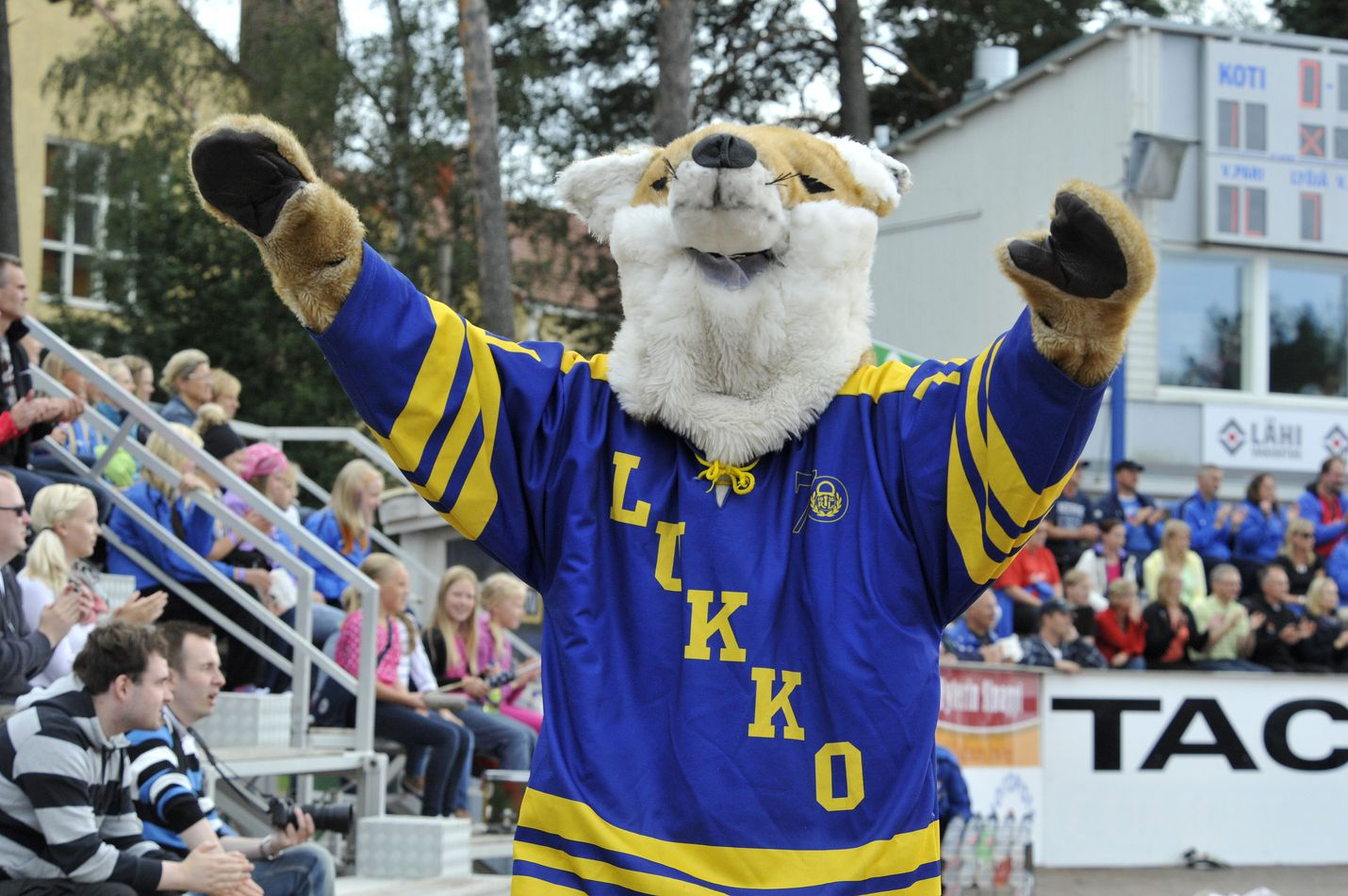 Eetu-kettu teki ensiesiintymisensä Otanlahdessa pesäpallopelissä pudostuspeliottelussa elokuussa 2012. Kuva: Joonas Salo