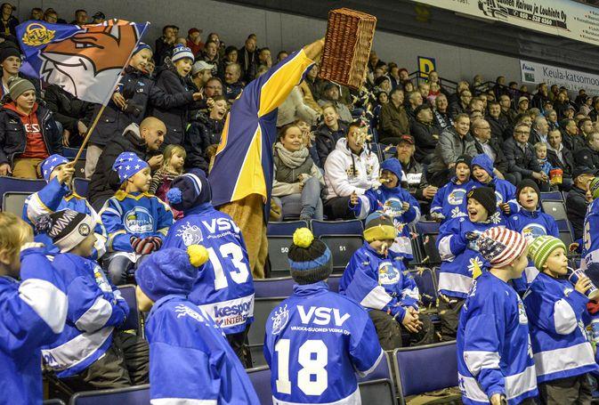Vuonna 2013 Eetu-kettu ilahdutti Lukon pelissä nuorimpia faneja karkkiyllätyksellä. Kuva: Pekka Lehmuskallio
