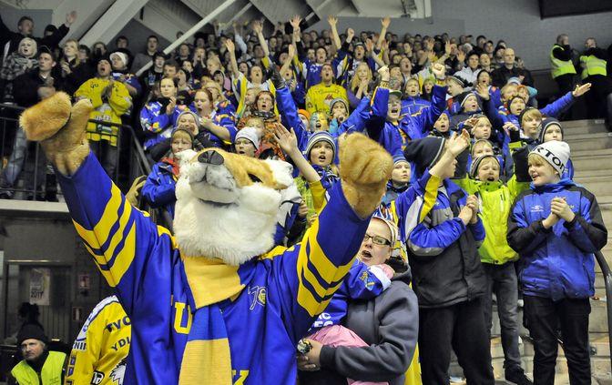 Maaliskuussa 2011 Eetu-kettu juhli fanien kanssa pudotuspelivoittoa Kalpasta. Kuva: Pekka Lehmuskallio