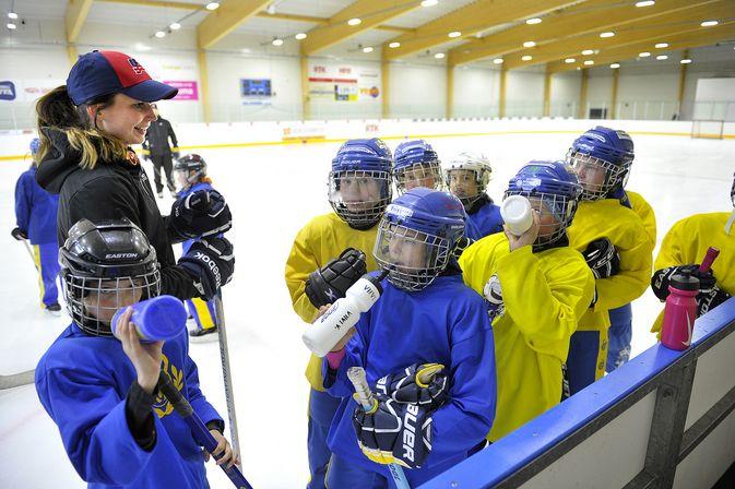Susanna Tapani piipahti kesäkuussa Lukon ringeten E-tyttöjen treeneissä Lähdepellon Tuki-Areenalla.