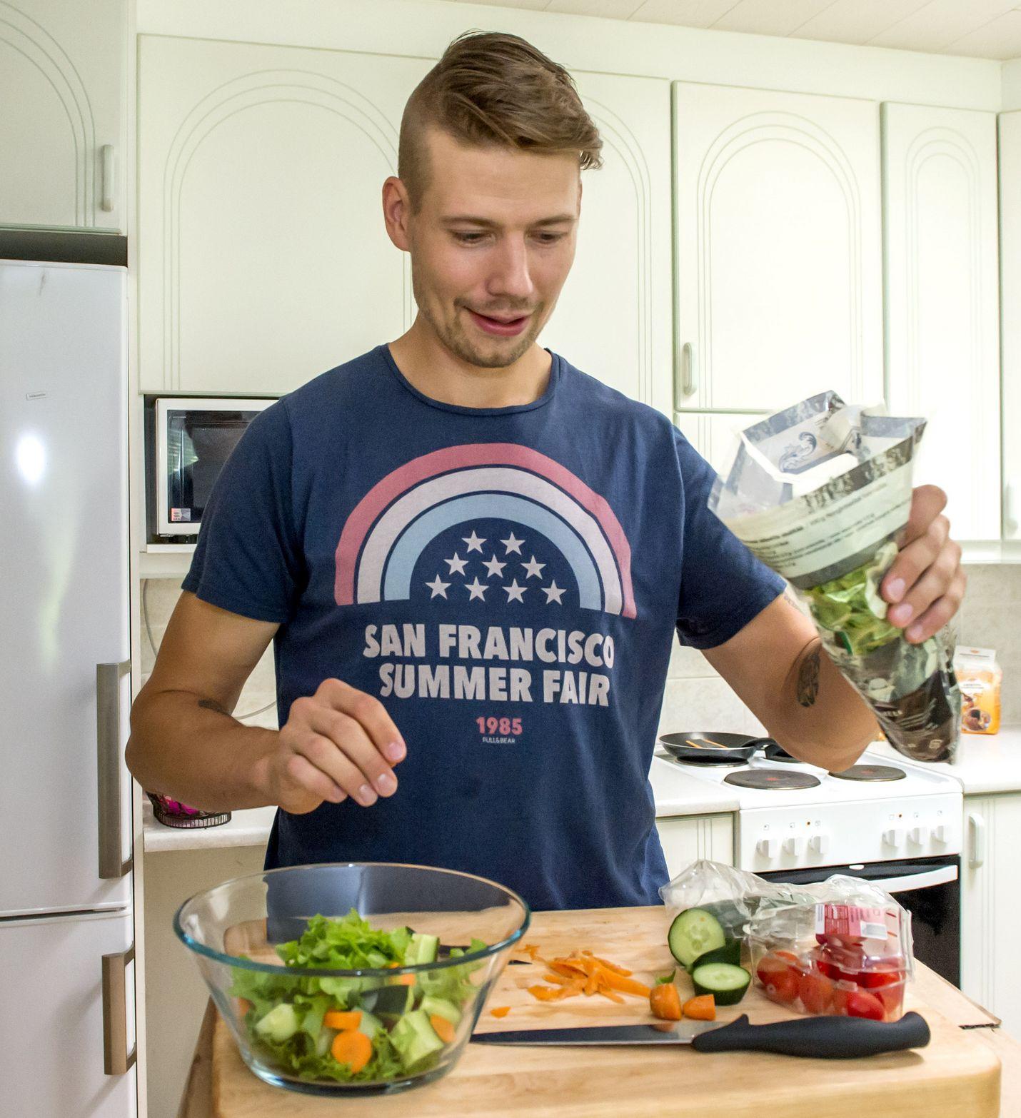 Janne Lahti laittaa ruokaa.