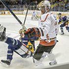Mike Brennan kaataa Ville Vahalahden. Kuva: Pekka Lehmuskallio