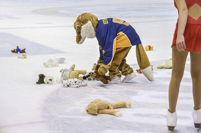 Yksi Eetun tärkeistä tehtävistä on kerätä joulun alla jäälle heitetyt pehmolelut, jotka viedään eteenpäin Joulupuu-keräykseen. Kuva vuodelta 2014. Kuva: Pekka Lehmuskallio