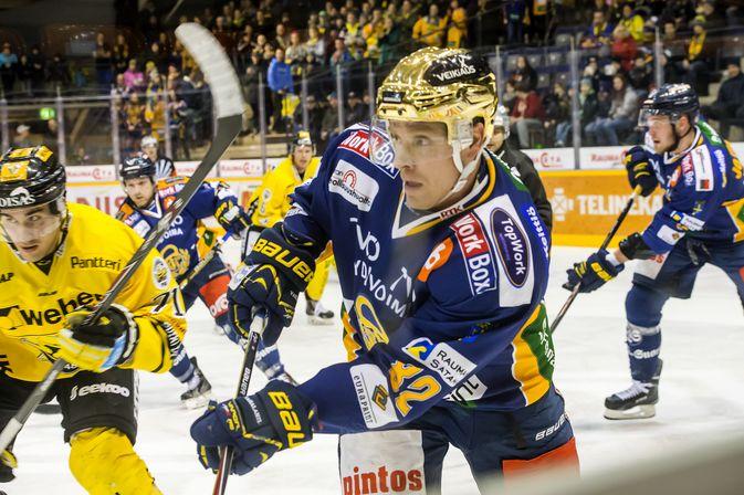 Ville Vahalahti sai lauantaina kiekon jalkaansa. Myös hän menee maanantaina lääkärin tutkimuksiin.  (Kuva: Esa Urhonen)