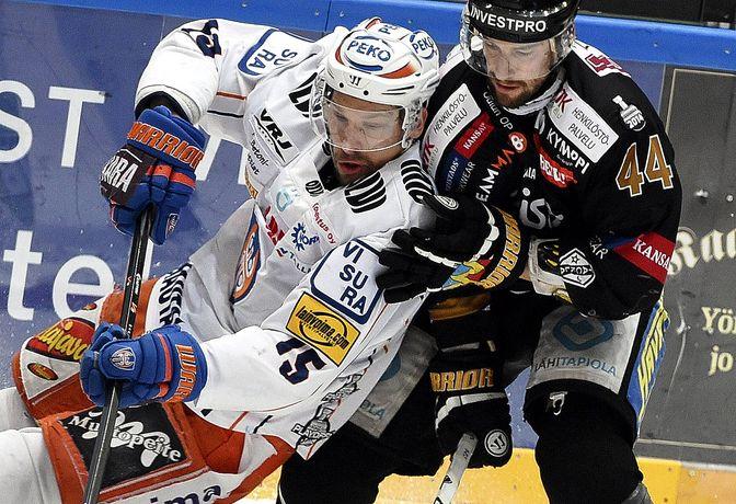 Ryan Glenn taisteli finaaleissa Kärppien väreissä Tapparaa ja Masi Marjamäkeä vastaan. Kuva: Jussi Nukari.