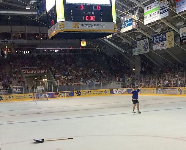 Raumam boika ja Kiekkoareenan Hokibloggari Juho Suoramaa ehti lapiohommien ohella huudattamaan yleisöä.