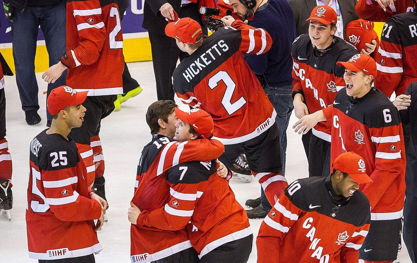 Kanadalaiset juhlivat nuorten maailmanmestaruutta 2015.