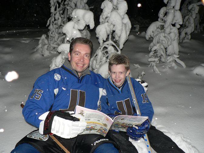 """Ilkka Metsälä, Lätkälaakson luoja ja hänen poikansa Iiro, jonka yksi suosikkihahmoja albumissa on Ilmari ja Ilpo Ikiroudan 97-vuotias isäpappa Efraim """"Into"""" Ikirouta, jonka puhki kuluneet nivelet eivät kestäisi enää lätkää, mutta silti hän aikoo toimittaa lätkän tolppien väliin alta aikayksikön!"""