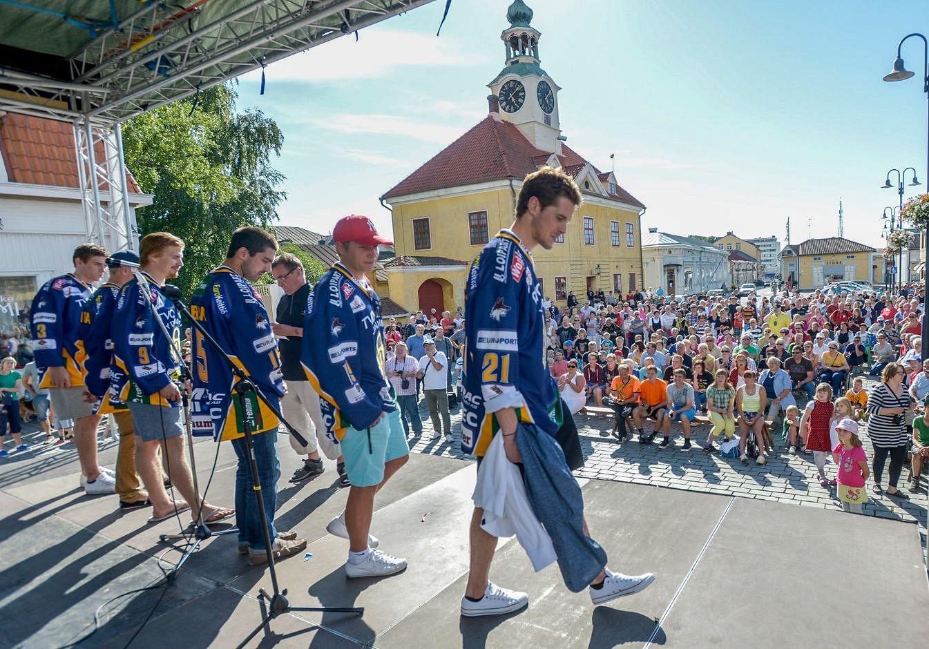 Kuva viime vuoden esittelytilaisuudesta. Nämä kaverit eivät enää Lukko-paitaa kanna. (Kuva: LS-arkisto/Pekka Lehmuskallio)