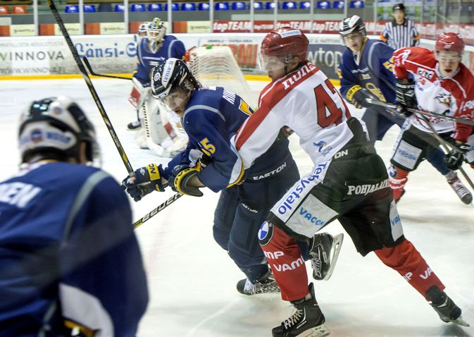 Eero Riikonen oli tällä kaudella Lukon A-nuorten varakapteeni. Hän on voittanut Lukon kanssa A-nuorten SM-pronssia keväällä 2013.