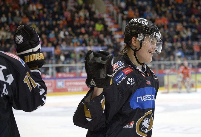 Saku Mäenalanen teki Kärpille kaksi maalia. (Kuva: Heikki Saukkomaa)