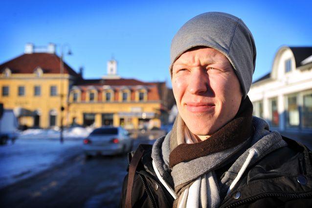 Teemu Aalto katseli Raumalla pronssiaurinkoa. (Kuva: Kai Jalonen)
