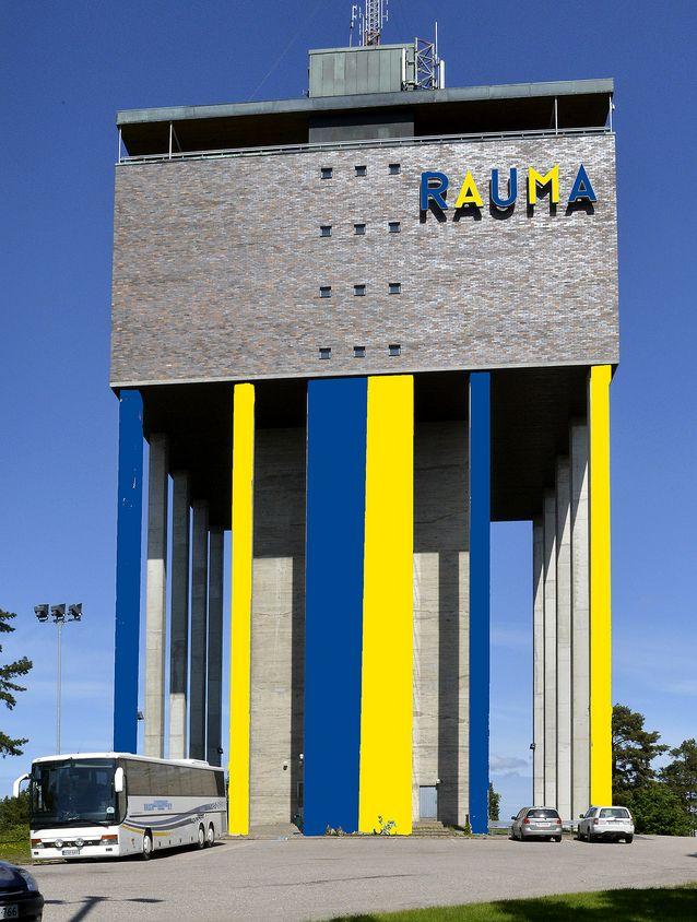 Lukko aikoo yrittää muuttaa vesitornin värimaailmaa. Kuvamanipulaatio: Juha Sinisalo.