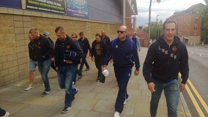 Lukon joukkue käveli hotellilta hallille Nottinghamissa.