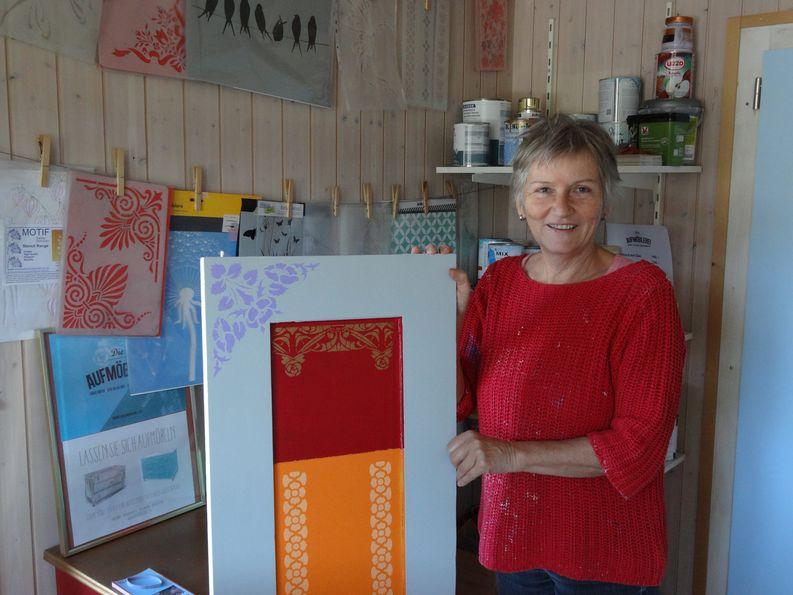 Doris Hofer mit einer Auswahl an Farben und Mustern.