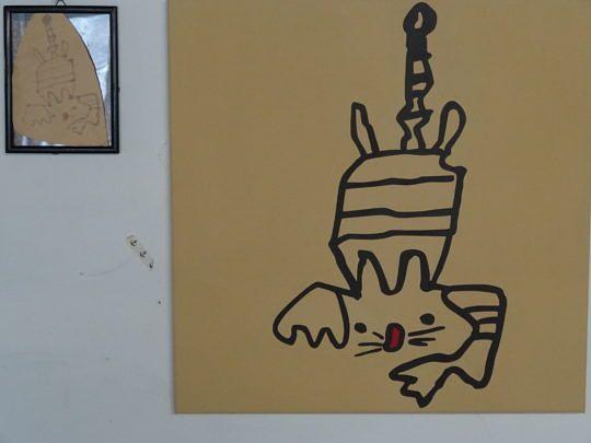 Eine vergrösserte und per Hand aufgemalte Kinderzeichnung. Links hängt das Original.