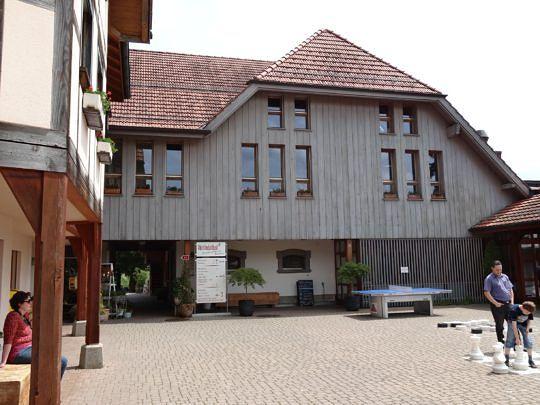 Das Sozial-, Kultur- und Tagungszentrum Rüttihubelbad erfreut Wanderer mit einem Restaurant und einer Bäckerei.