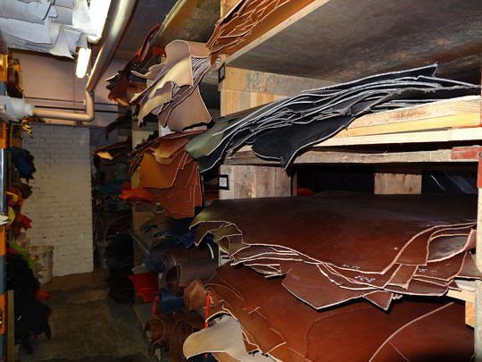 Im Lederlager finden sich rund 70 verschiedene Ledersorten.