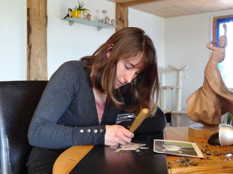 Katrin Brechbühl beim Schnitzen eines Glockenriemens.