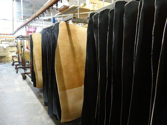 Eingefärbte Leder warten auf ihre Weiterverarbeitung.