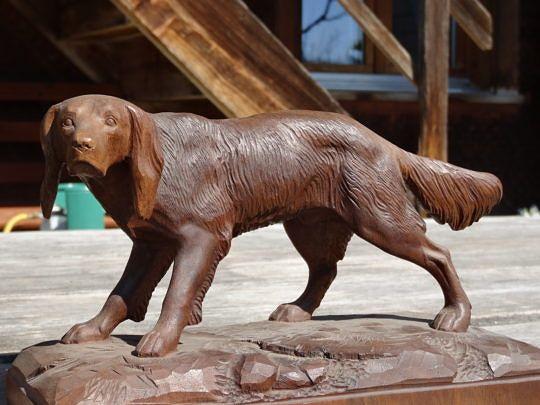Ein Jagdhund, geschnitzt aus Nussbaumholz.