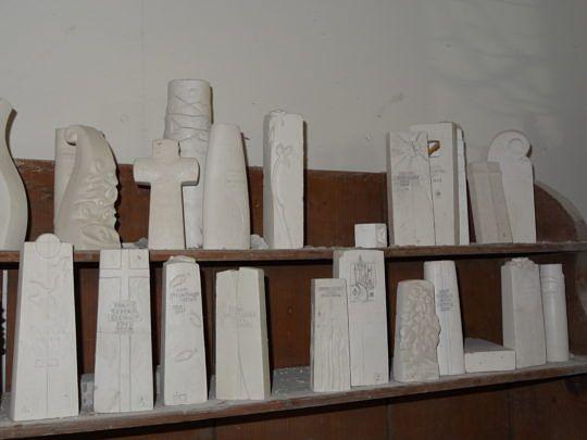 Gipsmodelle für Grabmale.