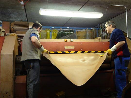 Mithilfe dieser Maschine werden Falten aus dem Leder entfernt.