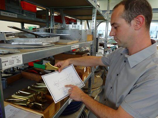 Matthias Hagmann, Leiter Produktion Mobatime, hat auch die Herstellung der Dreiklanghörner unter sich.