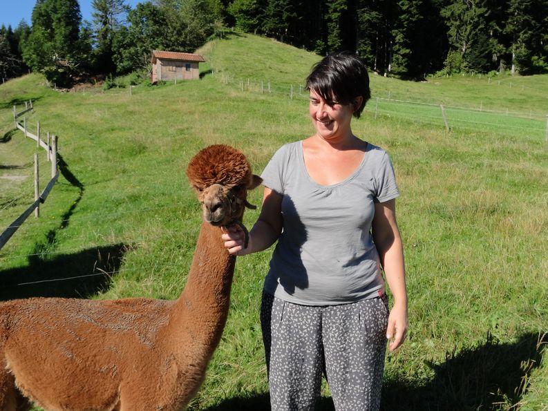 Nadia Gerber mit einem Alpaka-Hengst.