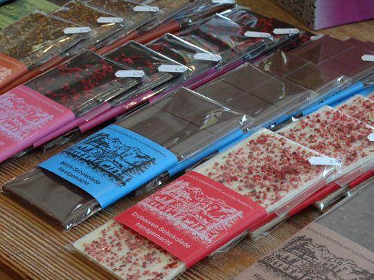 Premium-Schokoladetafeln mit Scherenschnitt.