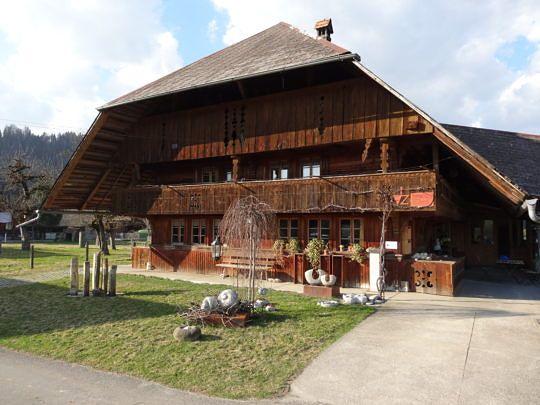 In diesem Haus in Schüpbach lebt und arbeitet die Steinbildhauerin Lilian H. Zürcher.