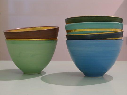 Einige der goldverzierten Teeschalen, die typisch für Regina Salzmann sind.