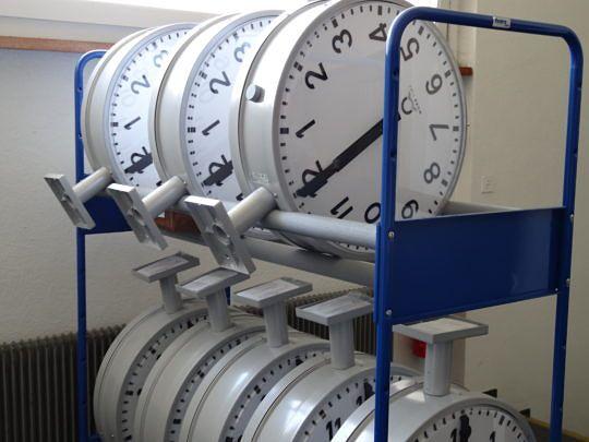 Uhren überall: Moser-Baer ist bekannt für präzise Zeitmesssysteme.