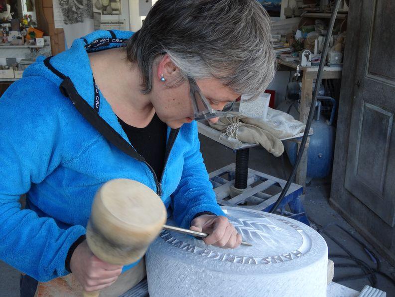 Lilian H. Zürcher bei der Fertigstellung eines Grabmals aus weissem Marmor.