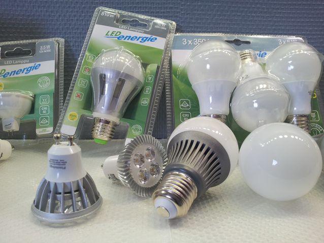 LED polttimoita on kaikenlaista. Untuvikko putoaa helposti kärryiltä.