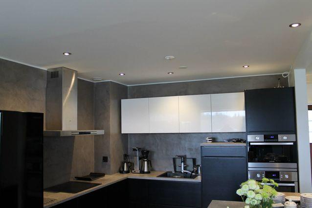 Remontoidun keittiön lopputulos LED LUMISPOT alasvaloilla