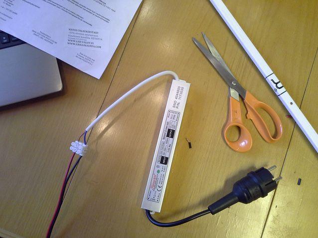 LED nauhan asennus aluminiseen profiiliin