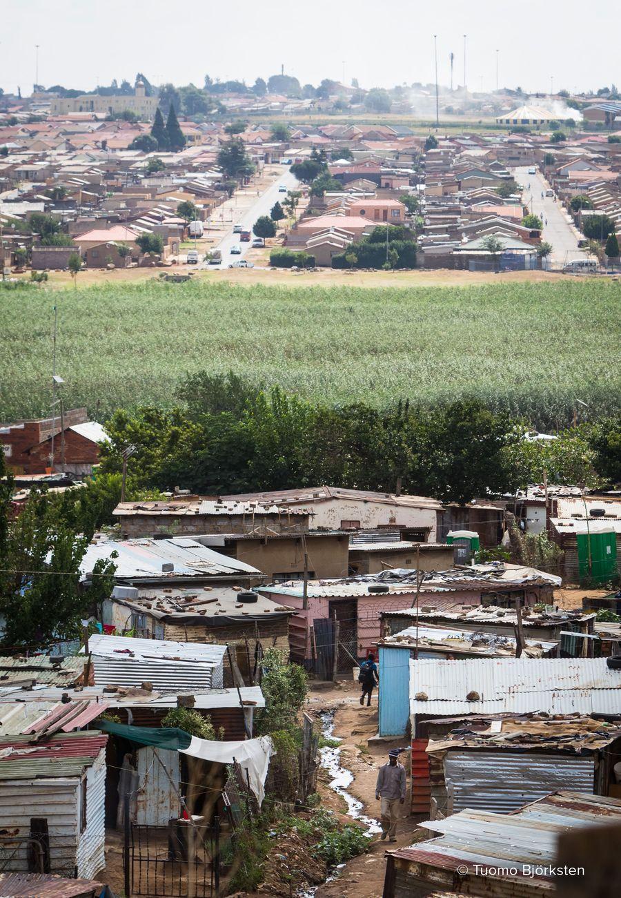 Sowetossa köyhät ja keskiluokkaiset asuvat omilla alueillaan. Toiset slummeissa, toiset kunnon taloissa. Johannesburg, Etelä-Afrikka 2015.