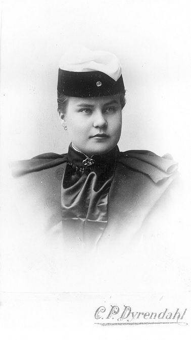 Elvira Willman valmistui ylioppilaaksi 1894. Kuva: Helsingin kaupunginmuseo, valokuvaaja C.P. Dyrendahl.