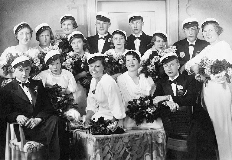 Helsingin V yhteiskoulun ylioppilaat 1935. Kuva: Helsingin kaupunginmuseo, valokuvaaja Sigurd Rasmussen.
