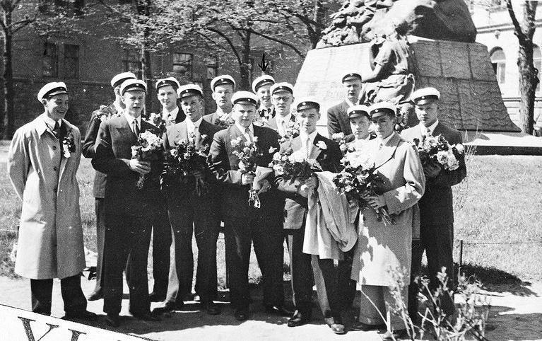 Uudet ylioppilaat 1951. Ressun VIII A -luokka ryhmäkuvaan kokoontuneena Lönnrotin puistikossa. Taustalla Elias Lönnrotin muistomerkki. Kuva: Helsingin kaupunginmuseo, valokuvaaja tuntematon.