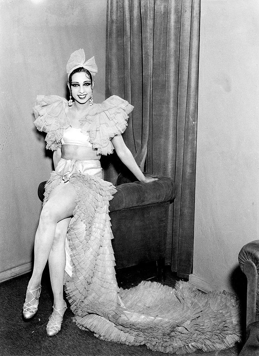 Josephine Baker esiintymismatkalla Suomessa. Baker oli amerikkalaisranskalainen tanssija, joka oli aikansa tähti ja kabareetanssin edelläkävijä. Kuvalähde: Museovirasto, Pietinen. Kuvausaika: 1.12.1933.