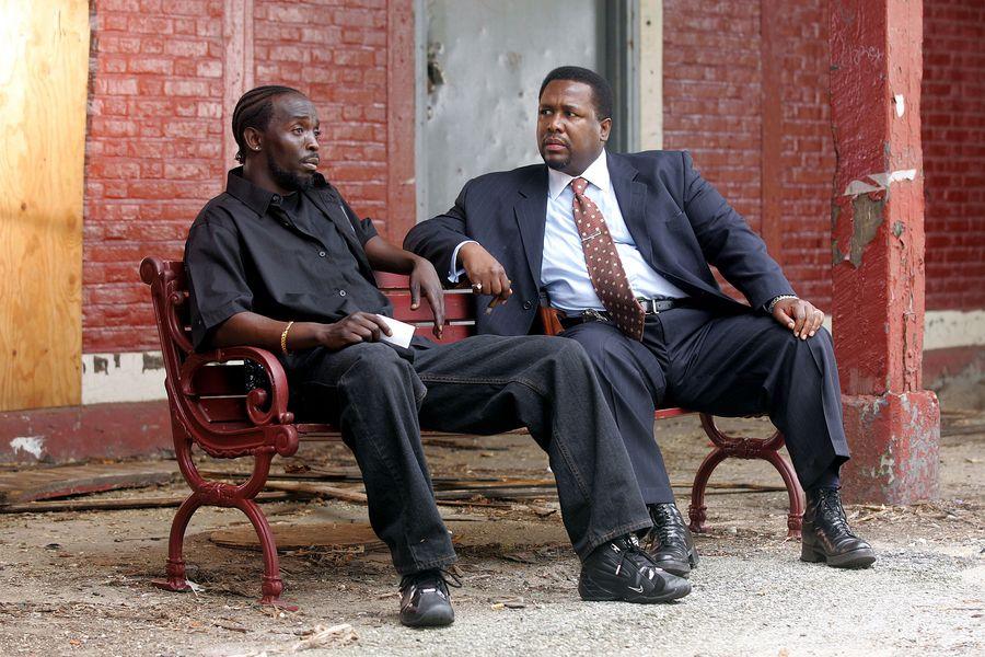 """Omar Little (Michael K. Williams) ja etsivä William """"Bunk"""" Moreland (Wendell Pierce). Yle on esittänyt sarjaa kanavillaan. Kuva on kolmoskauden kuudennesta osasta, joka esitettiin TV2:ssa viime vuoden elokuussa. Kuva: HBO / Yle Kuvapalvelu"""