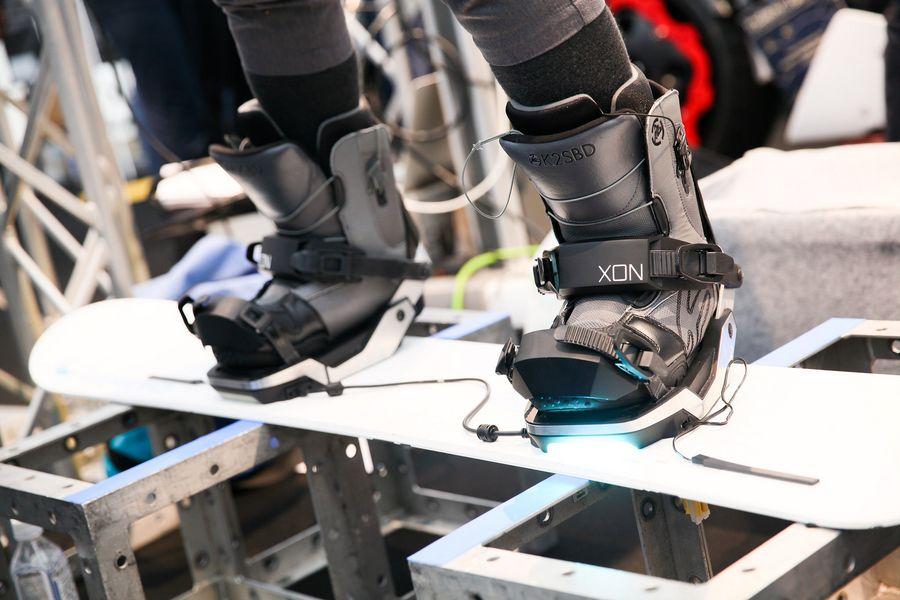 Applikaatioiden ja ohjelmistojen lisäksi esillä oli muun muassa puettavaa tai ihmiskehoa tuntevaa niin sanottua sensoriteknologiaa. Yksi esimerkki tästä on antureilla varustetut lumilautakengät. Laskettelurinteille jo ensi talvena? Kuva: Slush Media/ Yuji Nakazima